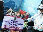 Wali Kota Madiun menyerahkan bantuan untuk Lansia