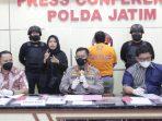 HNA, (40), warga Surabaya ditangkap oleh Direktorat Reserse Kriminal Umum (Ditreskrimum) Polda Jatim setelah disangka melakukan penipuan seleksi penerimaan Taruna Akpol Tahun 2021