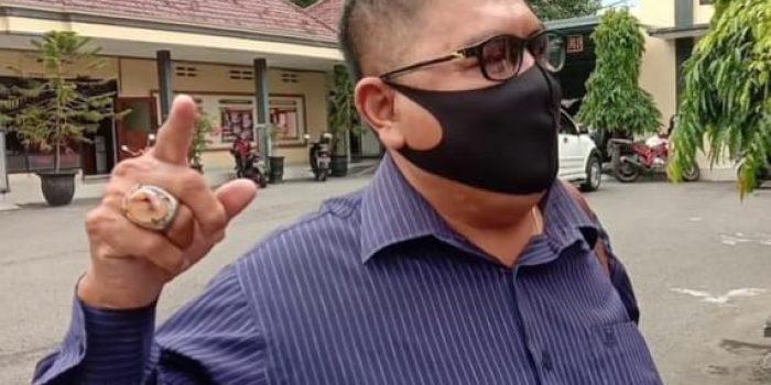 Muhammad Yani menyarankan agar para pedagang di Pasar Legi untuk melayani pembelian secara online agar transaksi tetap bisa berjalan walaupun ditengah Pandemi Covid 19. (Yahya AR/Madiunraya.com)