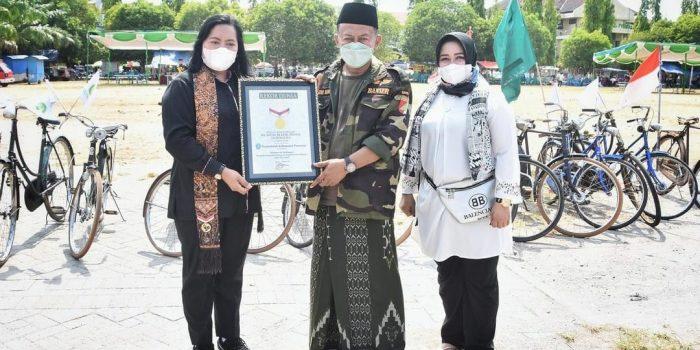 Pemkab Ponorogo meraih Rekor MURI Ngonthel Bareng dengan memakai Sarung dan Berpeci memperingati Hari Santri tahun 2021