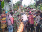 Petugas Gabungan dibantu masyarakat mengevakuasi warga Krebet Jambon yang tercebur Sumur