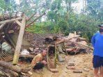 Rumah warga Tempuran Sawoo Roboh karena tertimpa Pohon setelah hujan deras dan angin kencang terjadi